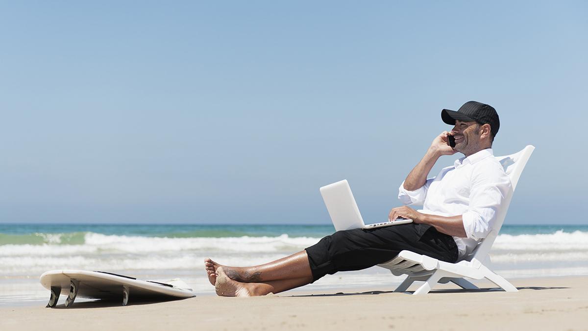 Resultado de imagem para computador praia