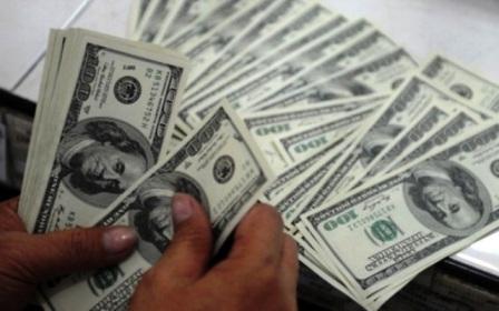 maos-contando-notas-de-dolar