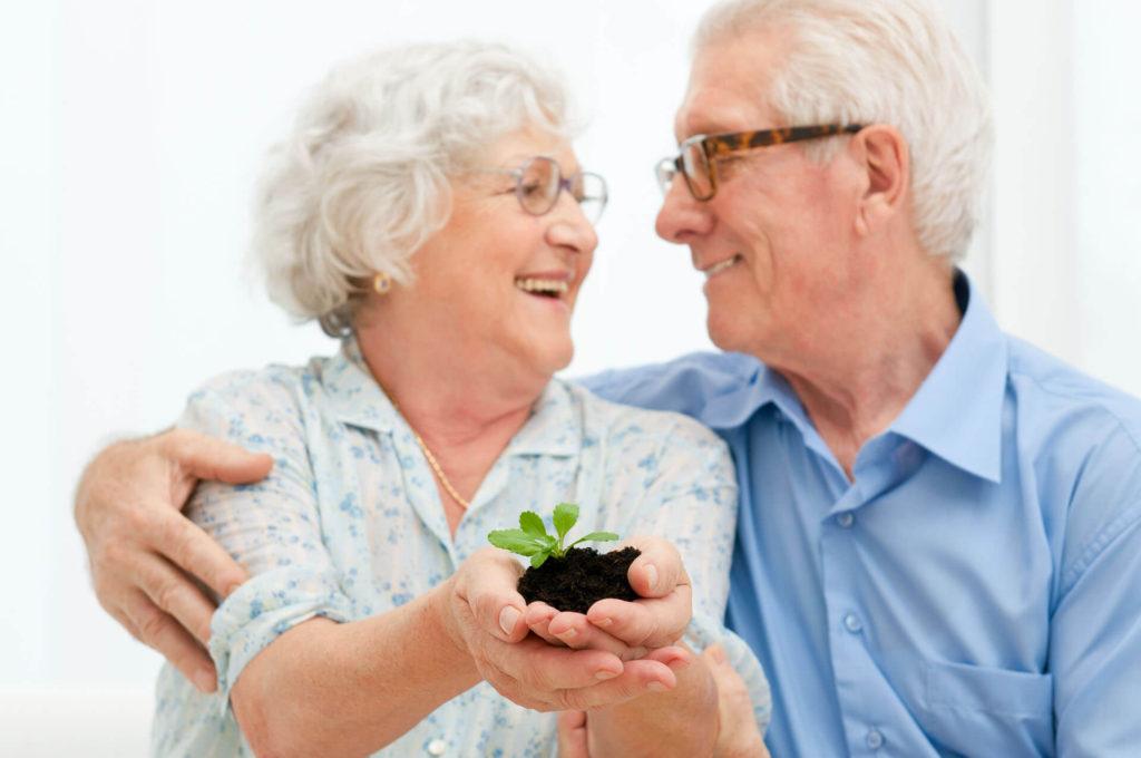 casal-idosos-com-planta-na-mao