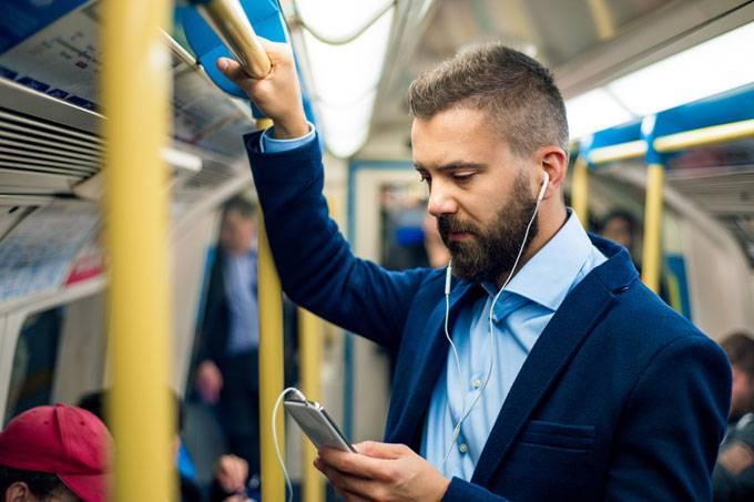 metro-homem-celular